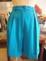 ヨーロッパ古着きれいな青のタック・ ロールアップデザインショートパンツ  3,900円(税抜)  http://www.fripe.jp/item/1-296-187/